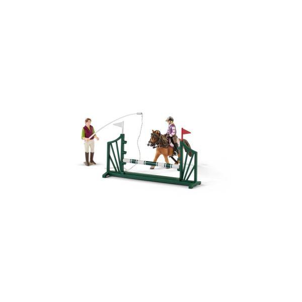 Reitschule mit Reiterinnen und Pferden